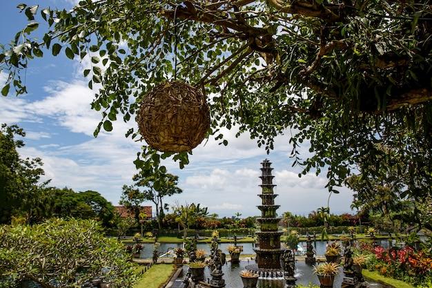 Cel podróży. pałac wodny tirta gangga w east bali, indonezja.