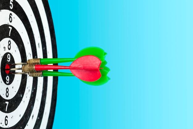 Cel ze strzałkami pośrodku. uderzyć w cel. miejsce na tekst