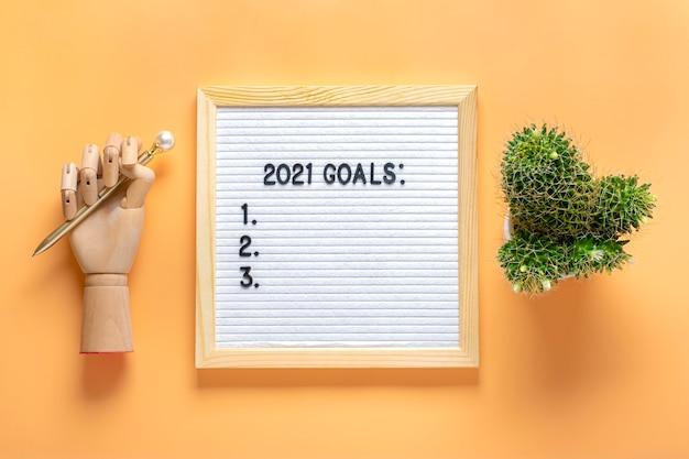 Cele 2021 motywacyjny cytat na tablicy z wiadomościami