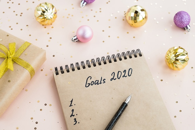 Cele nowego roku 2020. notatnik z notatkami planów na stole