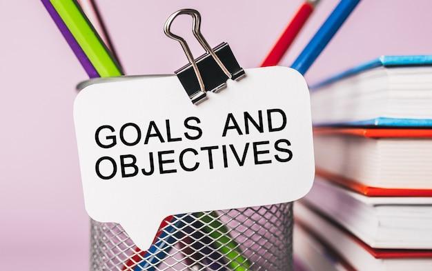 Cele tekstowe i cele na białej naklejce z powierzchnią biurową