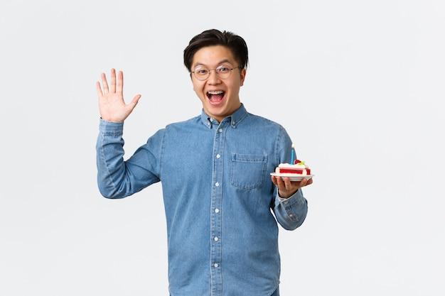 Celebrowanie wakacji i koncepcja stylu życia przyjazny szczęśliwy facet machający ręką, aby się przywitać i przynieść narodziny...