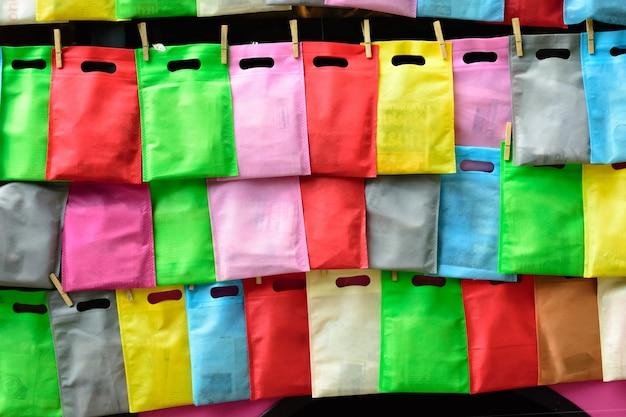 Celofanowe torby wiesza z arkaną na ścianie. rzędu kolorowy plastikowych toreb wieszać.