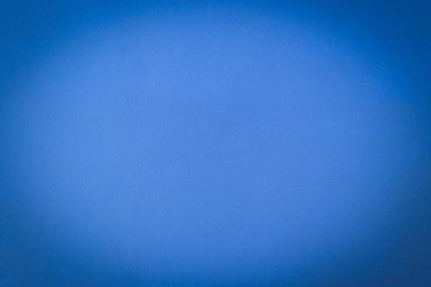 Cementowa niebieska ściana tynkowa ma szorstką powierzchnię betonu.