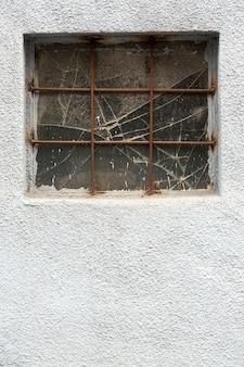 Cementowa ściana z rocznika okno