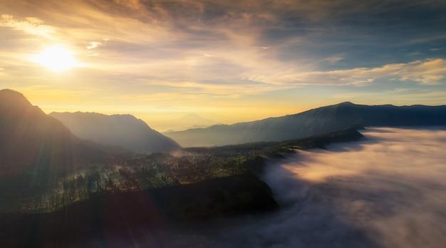 Cemoro lawang wioska przy górą bromo w bromo tengger semeru parku narodowym, wschodni jawa
