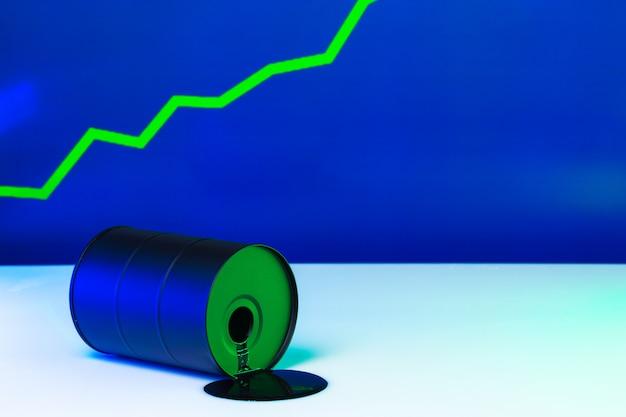 Cena amerykańskiej ropy zmienia koncepcję. czarna beczka z olejem i wykresem