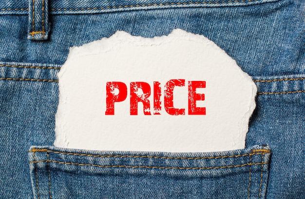 Cena na białym papierze w kieszeni niebieskich dżinsów