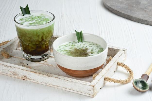 Cendol to słodki deser lodowy z ekstraktu z mąki ryżowej z liści mąki kokosowej syrop cukrowy z mleka palmowego