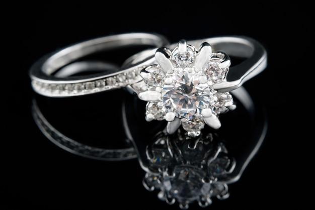 Cenne srebrne pierścionki z brylantami