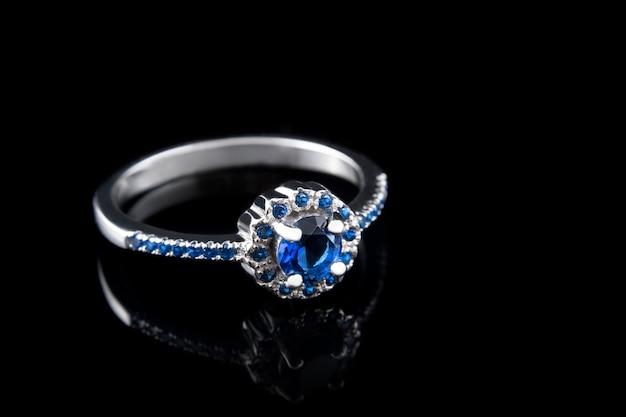 Cenny srebrny pierścionek z brylantami