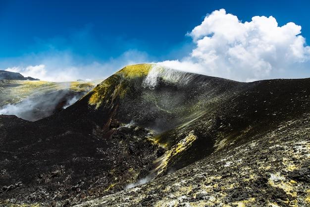 Centralny krater czynnego wulkanu w europie etna na wysokości 3345 metrów nad poziomem morza. znajduje się na sycylii, i
