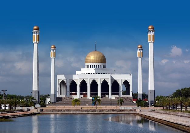 Centralny meczet z niebieskim tle nieba.