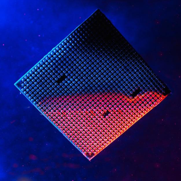 Centralny procesor pod wodą, procesor, niebieskie i czerwone światło, pod wodą