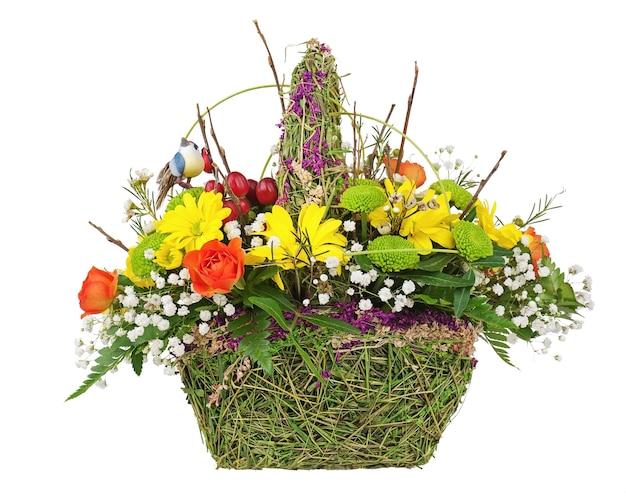 Centralny układ bukiet kwiatów w wiklinowym koszu na białym tle.