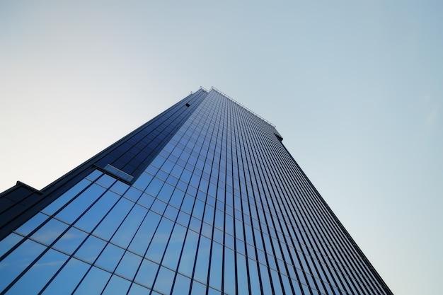 Centrum biznesowe szkła na tle nieba