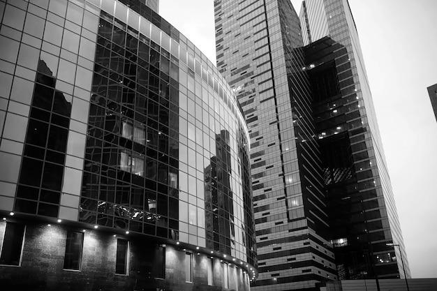 Centrum biznesowe w dużym mieście z wysokimi wieżowcami wieczorem