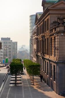 Centrum brukseli ulica na zachód słońca, belgia