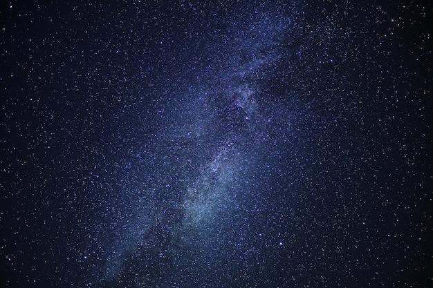 Centrum galaktyki drogi mlecznej na nocnym niebie.
