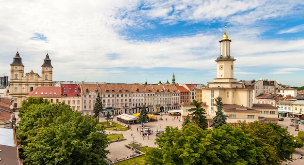 Centrum historycznego europejskiego miasta iwano frankiwsk w lecie. stara piękna architektura.