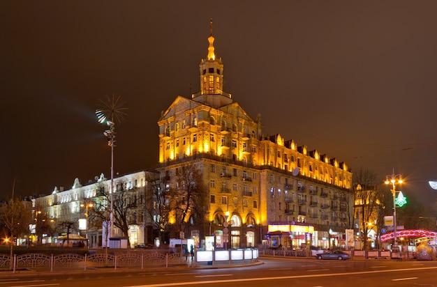 Centrum kijowa nocą ulica chreszczatyk