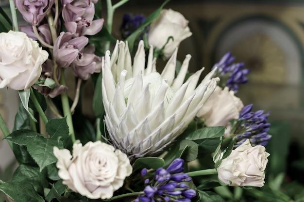 Centrum kwiatowe w kwiaciarni z różami