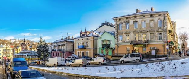 Centrum miasta i stary ratusz w czortkowie na ukrainie, w słoneczny zimowy dzień