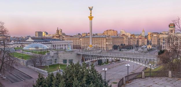 Centrum miasta w pobliżu placu niepodległości i ulicy chreszczatyk przed wschodem słońca