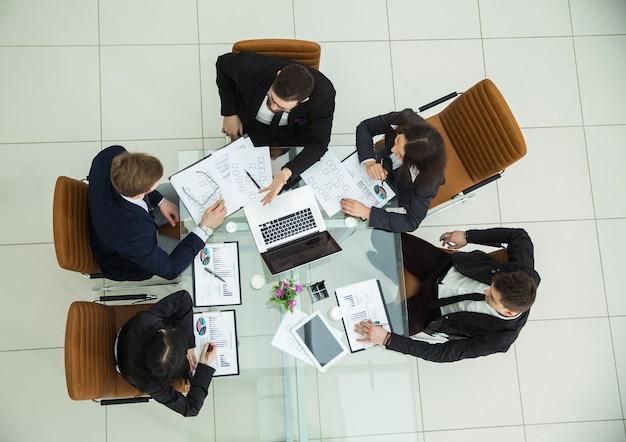 Ceo i zespół biznesowy na spotkaniu roboczym w nowoczesnym biurze.