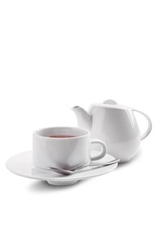 Ceramiczna herbaciana filiżanka i garnek z herbatą dilmah odizolowywającą na bielu
