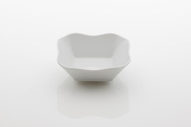 Ceramiczna miska do sałatek kuchennych na białym tle