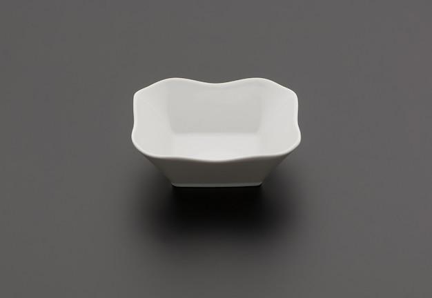 Ceramiczna miska do sałatek kuchennych na czarnym tle