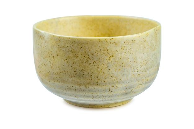 Ceramiczna miska na białym tle. ścieżka przycinająca.