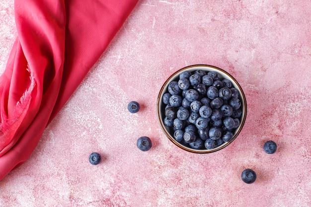 Ceramiczna miska pysznych dojrzałych jagód na marmurowej powierzchni