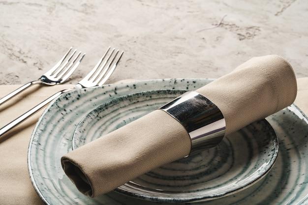 Ceramiczna stylowa zastawa stołowa osadzona na szarej powierzchni