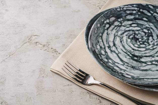 Ceramiczna stylowa zastawa stołowa w kolorze szarym