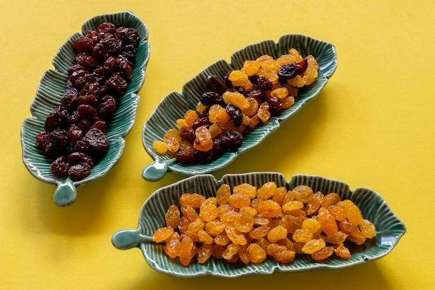Ceramiczne doniczki w kształcie liścia z ciemnymi, jasnymi i mielonymi rodzynkami.