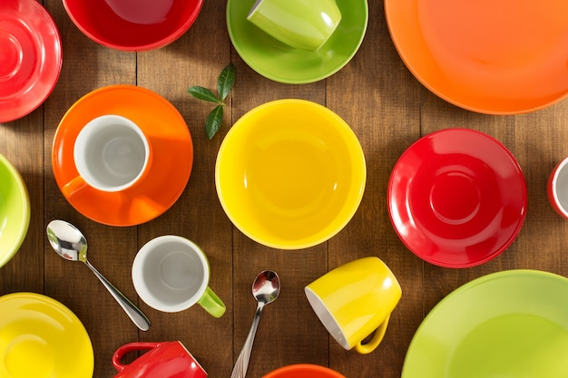 Ceramiczne naczynia ustawione na drewnie