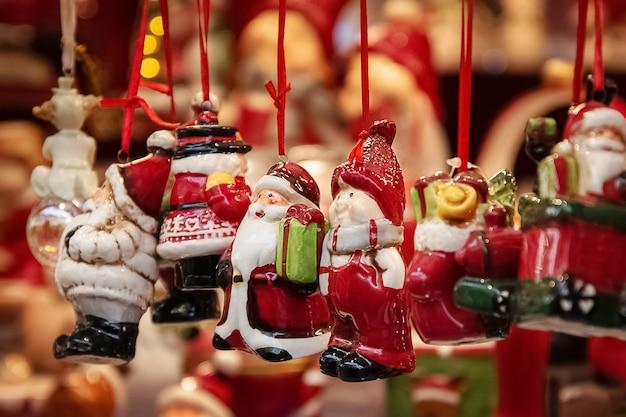 Ceramiczne ręcznie robione pamiątki na targach bożonarodzeniowych prezenty świąteczne i noworoczne