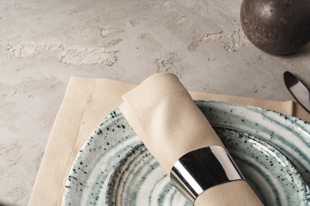 Ceramiczne stylowe zastawy stołowe na szarym tle