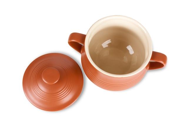 Ceramiczny garnek z gliny do gotowania na białym tle