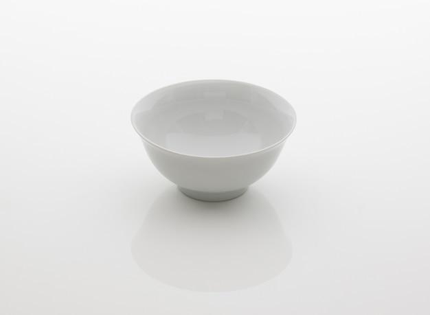 Ceramiczny kubek kuchenny na herbatę na białym tle
