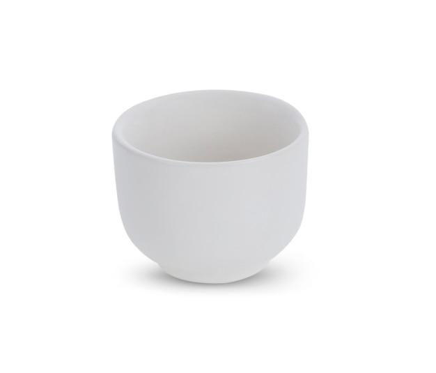 Ceramiczny kubek na białym tle.