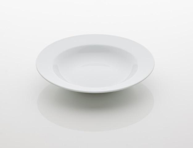 Ceramiczny talerz kuchenny na białym tle