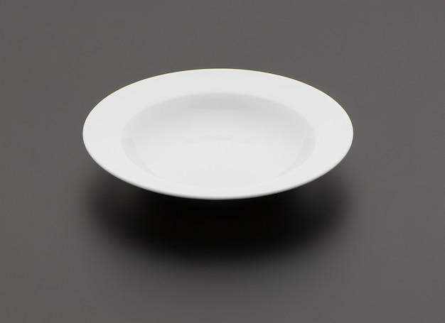 Ceramiczny talerz kuchenny na czarnym tle