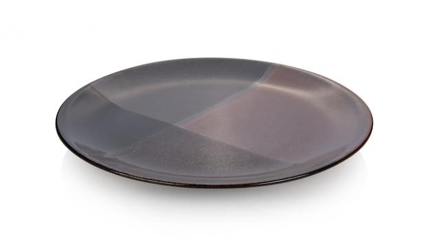 Ceramiczny talerz na białej powierzchni