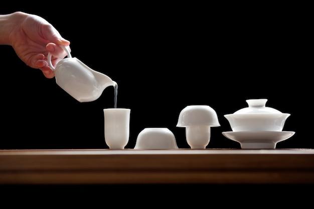 Ceremonia herbaty ustawiona na bambusowym stole, przygotowanie zielonej herbaty