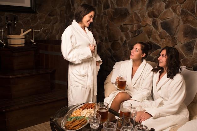 Ceremonia parzenia herbaty po saunie. dziewczyny w białych płaszczach piją chińską herbatę