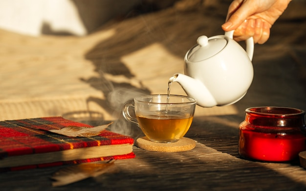 Ceremonia parzenia herbaty z filiżanką kawy i czajnikiem na drewnianym stole