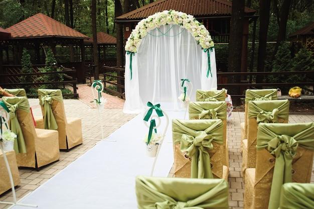Ceremonia ślubna na zewnątrz. dekoracja ceremonii ślubnej, piękny wystrój ślubu, kwiaty